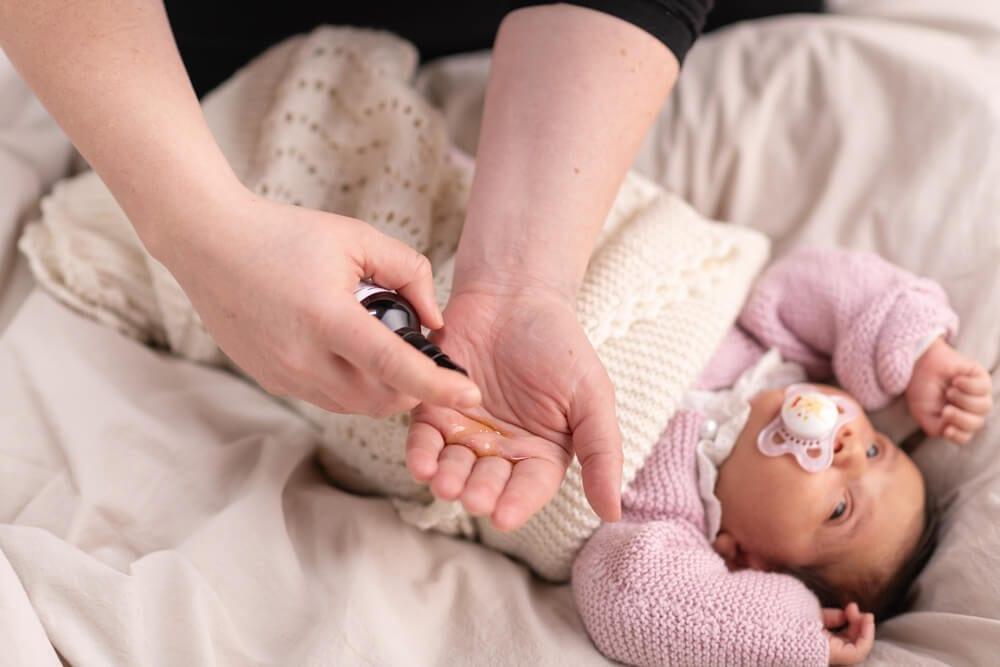mor påføre babyolie