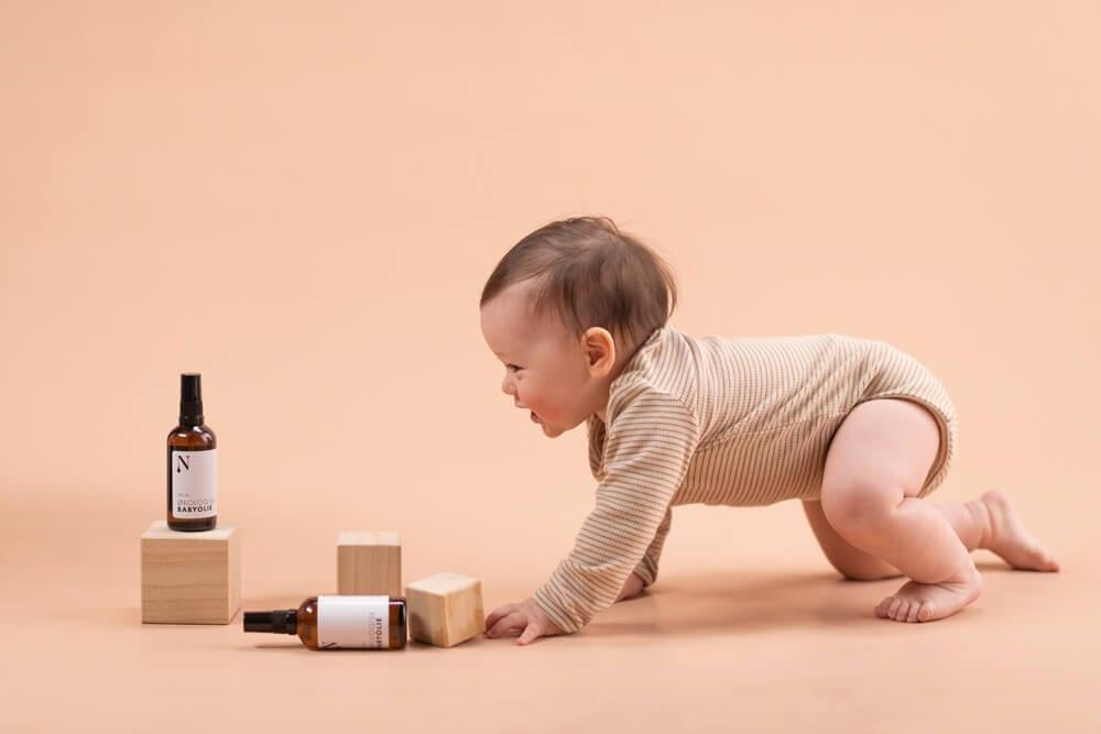 baby kravler mod babyolie