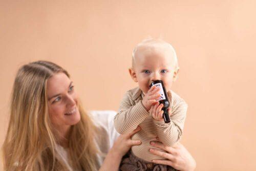 mor og baby bruger babyolie